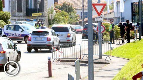 Las Policías francesa y española realizando controles de acceso en Biarritz. (Foto: Enrique Falcón)