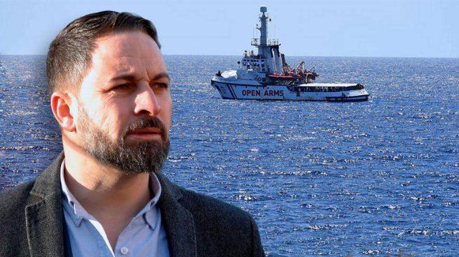 Santiago Abascal, líder de Vox, con el barco de la ONG 'Proactiva Open Arms' detrás.