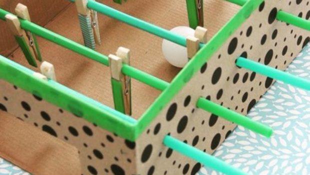 Cómo hacer un minifutbolín con una caja de zapatos y pinzas