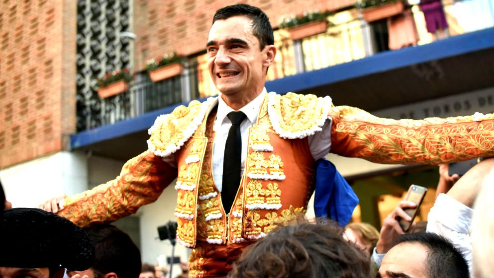 Paco Ureña saliendo a hombros en Bilbao (Foto: EFE).