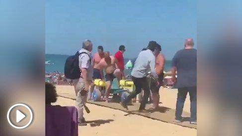 El presidente de la Diputación de Badajoz, Miguel Ángel Gallardo, en la playa de Chipiona.
