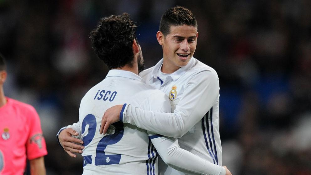 Isco y James Rodríguez se abrazan en un partido. (Getty)