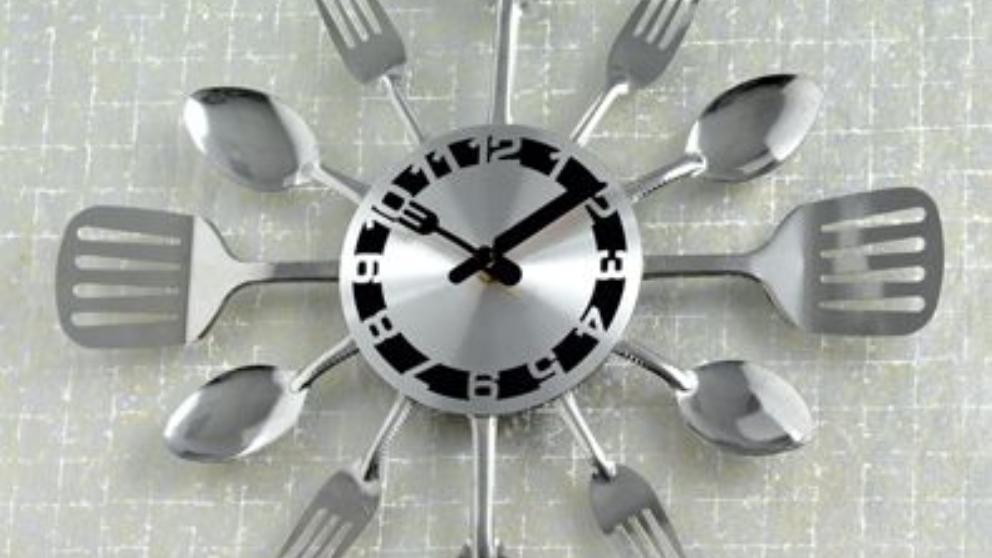 reloj de pared cubiertos