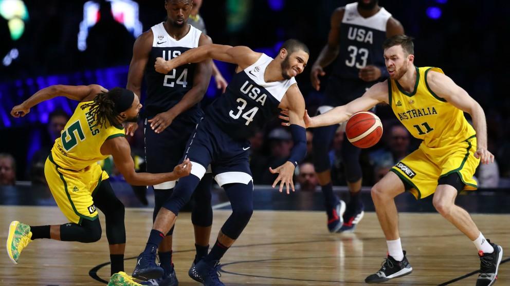 Tatum pierde el balón ante dos jugadores de Australia. (Getty)