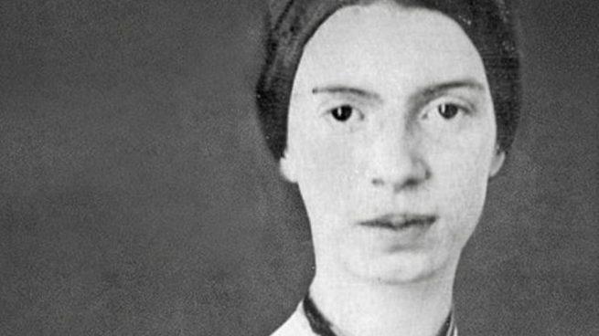 Emily Dickinson fue una escritora y poeta estadounidense, considerada una de las más importantes dentro de la literatura norteamericana.