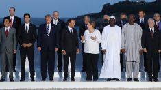 Pedro Sánchez junto al los invitados a la cena del G7 (Foto: AFP).