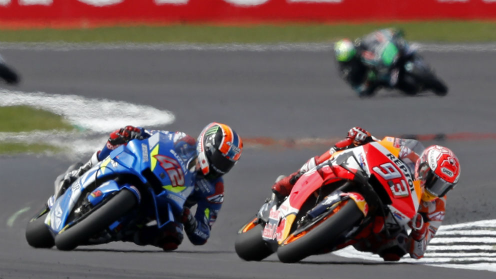 Rins persigue a Márquez en Silverstone. (AFP)