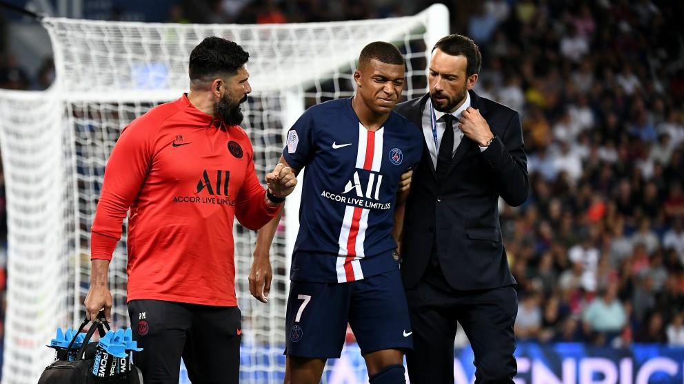 Mbappé se retira lesionado. (AFP)