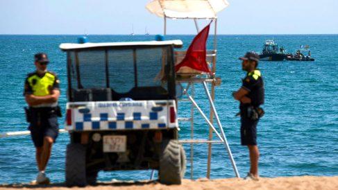 Buzos de la Guardia Civil en la playa en la que se encontró el artefacto (Foto: EFE).