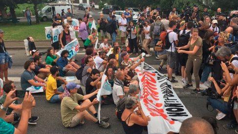 Opositores a la cumbre del G/ que se celebra en Biarritz cuando han sido bloqueados por la Policía francesa. Foto: EP
