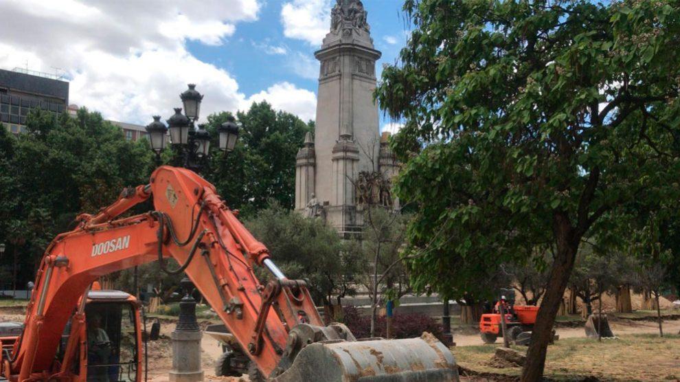 Una grúa trabaja en la renovación de la céntrica Plaza de España de Madrid, en cuyo plan se encuentran las obras de la calle Bailén.