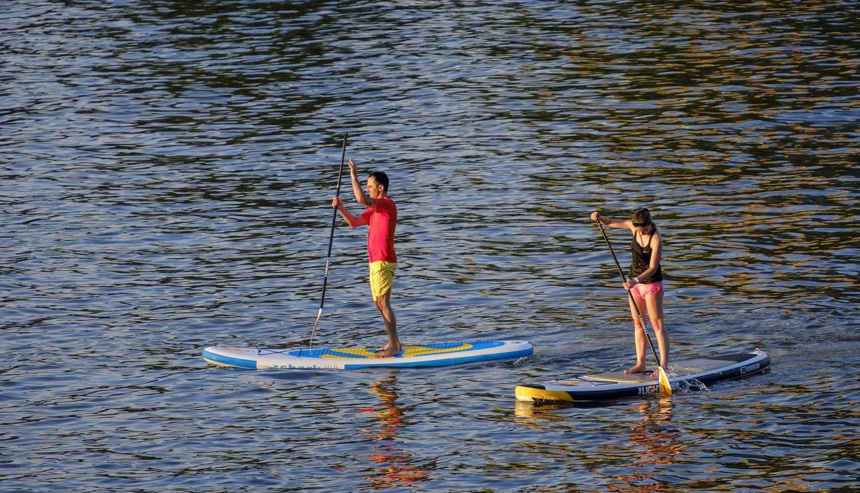 Músculos, menos calorías… los muchos beneficios del paddle surf