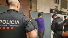 Operación contra carteristas en el metro de Barcelona.