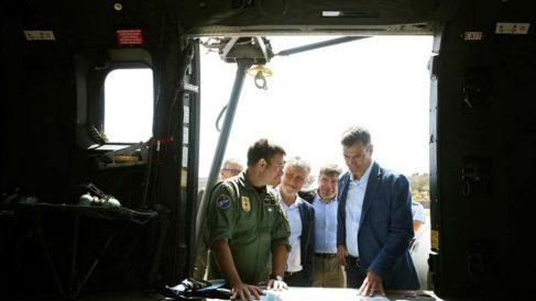 El presidente del Gobierno en funciones, Pedro Sánchez (d), momentos antes de sobrevolar en helicóptero las zonas afectadas por el incendio registrado estos días en Valleseco, en Gran Canaria. (Efe)