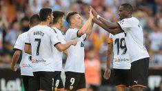 Los jugadores del Valencia celebran el gol de Gameiro ante la Real Sociedad. (AFP)