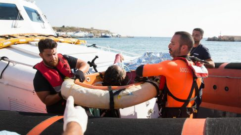 Desembarco de uno de los inmigrantes del 'Open Arms'.