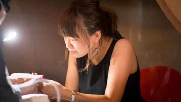 hacer la manicura japonesa