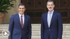 El rey Felipe VI y el presidente del Gobierno en funciones, Pedro Sánchez, en la entrada del Palacio de Marivent donde han celebrado el tradicional despacho de verano. (Foto: Efe)