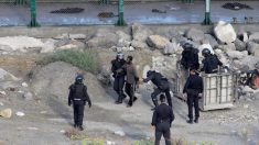 Agentes del GRS de la Guardia Civil detienen a algunos de los inmigrantes que asaltaron la valla de Ceuta en 2019.