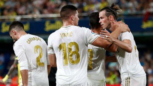 Jovic celebra con Bale el gol del Real Madrid.