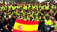 Mossos y guardias civiles posan juntos en La Vuelta