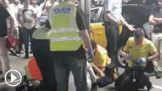 Los servicios de emergencia atendiendo a la víctima en el suelo.