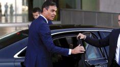 El presidente del Gobierno, Pedro Sánchez, en su coche oficial.