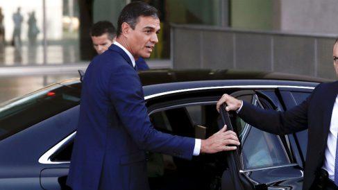 Pedro Sánchez en su coche oficial