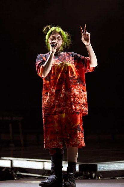 La cantante y compositora estadounidense Billie Eilish durante el concierto que ofrece esta noche en el Palau Sant Jordi, en Barcelona. Foto: EFE