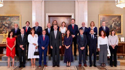 Sus Majestades los Reyes Felipe VI y Letizia en la foto de familia con la Junta Directiva de la Academia de las Ciencias y las Artes de Televisión. Foto: Casa de S.M. el Rey.