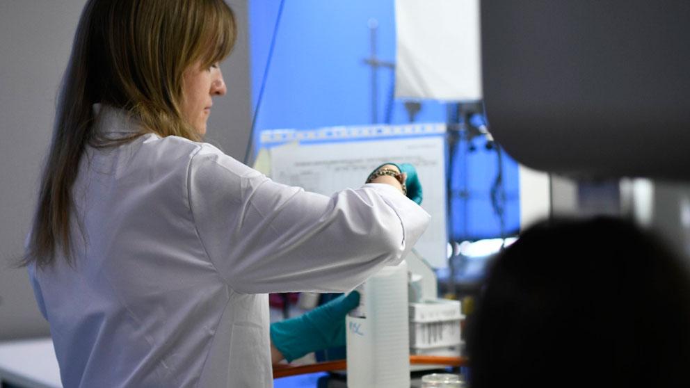 Una mujer trabaja en un laboratorio científico. Foto: EP
