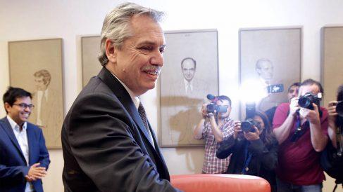 Alberto Fernández dando la mano (Fotos Francisco Toledo