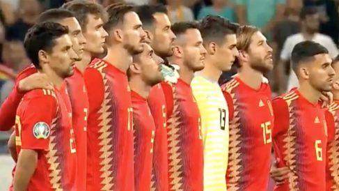 Los jugadores de España, guardando un minuto de silencio por Xana, la hija de Luis Enrique que falleció con 9 años.