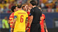 Sergio Ramos explica su celebración a Aytekin, que le mostró la amarilla. (AFP)