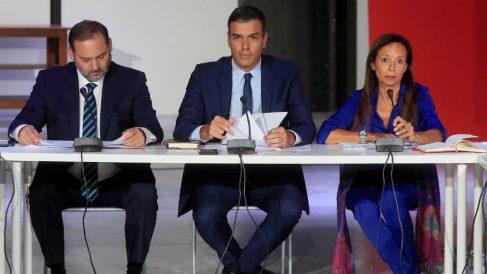 Sánchez y su equipo en una reciente reunión con representantes de organizaciones vinculadas a la vivienda. (Foto: EFE)
