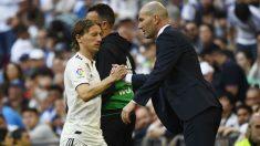 Luka Modric y Zinedine Zidane se saludan en un partido del Real Madrid. (AFP)