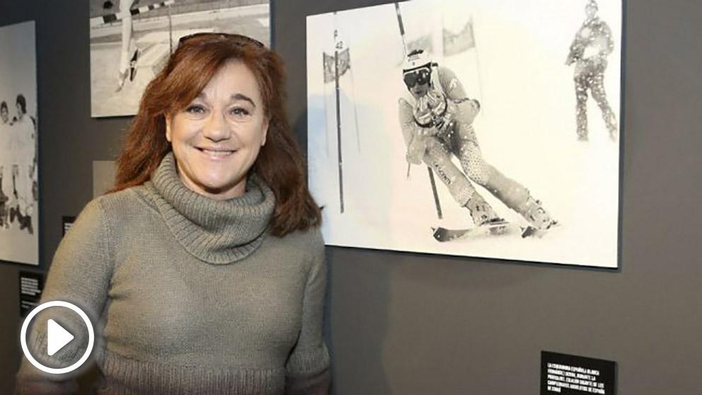Blanca Fernández Ochoa posa con una fotografía suya. (EFE)