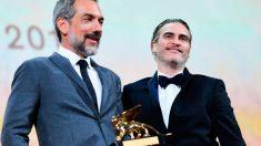 El director estadounidense Todd Phillips con el León de Oro de la Mostra de Venecia en la mano junto al protagonista de su película 'Joker', Joaquin Phoenix. Foto: AFP