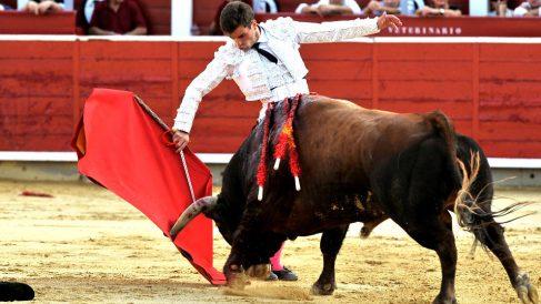 Rubén Pinar en la faena a su primer toro (Foto: EFE).