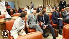 Javier Ortega Smith conversa con el general Agustín Rosety y otro diputado de Vox. (EP)