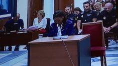 Ana Julia, abatida, mientras escucha los insultos que profirió contra la madre en una prueba de audio que no se esperaba. Foto: Joan Guirado