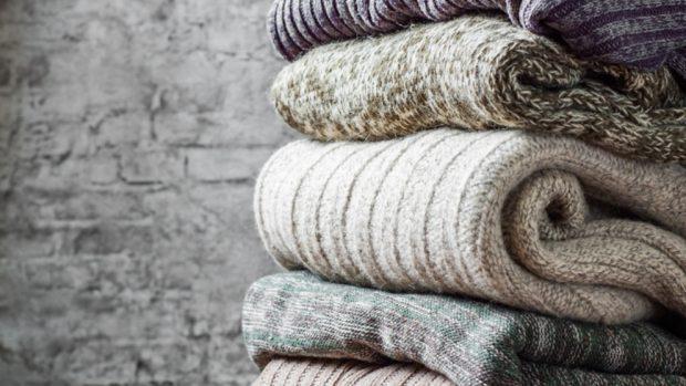 Cómo hacer una manta con jerséis viejos
