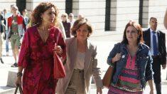 Las ministras Calvo y Montero y la portavoz socialista, Adriana Lastra, llegando a la reunión con Podemos. (Foto: PSOE)