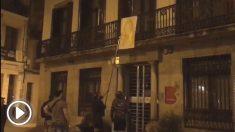 Comando antiseparatista quitando lazos amarillos de las sedes del Ayuntamiento de Barcelona en varios distritos.