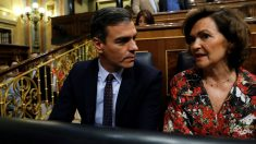 El presidente del Gobierno, Pedro Sánchez, conversa con la vicepresidenta del Ejecutivo, Carmen Calvo
