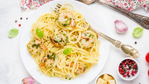Espaguetis con espinacas y gambas