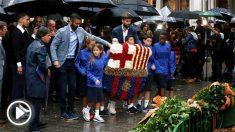 Gerard Piqué, junto a Juan Carlos Navarro, en la ofrenda floral del Barça. (EFE)