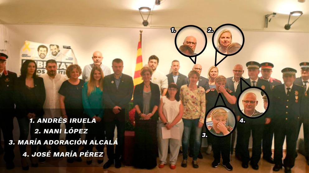 Los concejales del PSOE junto a En Comú Podem (Podemos) y ERC junto a una pancarta en apoyo a los presos golpistas por la Diada.