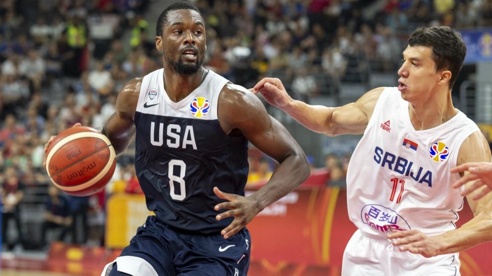 Barnes protege un balón frente a Lucic durante el Serbia – Estados Unidos. (AFP)