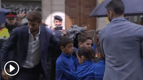 El jefe de la BRIMO durante la ofrenda floral del F.C.Barcelona con Piqué.